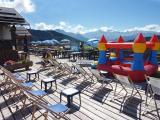 La terrasse plein sud du restaurant le chalet des Marmottes, avec des jeux pour enfants.