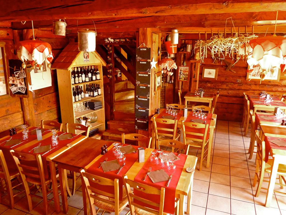 Photos de l 39 int rieur du restaurant le chalet des for Interieur restaurant